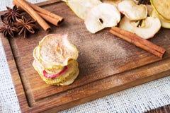 υγιές πρόχειρο φαγητό Apple και ξηρά τσιπ αχλαδιών Στοκ φωτογραφία με δικαίωμα ελεύθερης χρήσης