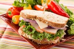 Υγιές σάντουιτς ζαμπόν της Τουρκίας τροφίμων με τα γλυκά πιπέρια Στοκ Εικόνες