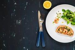 Υγιές σάντουιτς με τις γαρίδες και την πράσινη σαλάτα τρόφιμα μπουλεττών ανασκόπησης πολύ κρέας πολύ Στοκ φωτογραφία με δικαίωμα ελεύθερης χρήσης