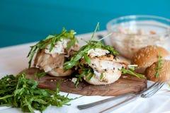 Υγιές σάντουιτς με το κοτόπουλο και το rukola Στοκ φωτογραφία με δικαίωμα ελεύθερης χρήσης