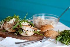 Υγιές σάντουιτς με το κοτόπουλο και το rukola Στοκ Εικόνες