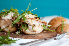 Υγιές σάντουιτς με το κοτόπουλο και το rukola Στοκ εικόνα με δικαίωμα ελεύθερης χρήσης
