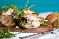 Υγιές σάντουιτς με το κοτόπουλο και το rukola Στοκ φωτογραφίες με δικαίωμα ελεύθερης χρήσης
