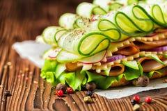 Υγιές σάντουιτς φιαγμένο από ζαμπόν, τυρί, μπέϊκον, ραδίκι, μαρούλι, $cu Στοκ Φωτογραφία