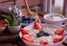 Υγιές σπιτικό Oatmeal με τα μούρα για το πρόγευμα Στοκ Φωτογραφίες