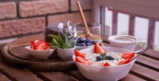 Υγιές σπιτικό Oatmeal με τα μούρα για το πρόγευμα Στοκ φωτογραφία με δικαίωμα ελεύθερης χρήσης