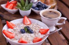 Υγιές σπιτικό Oatmeal με τα μούρα για το πρόγευμα Στοκ φωτογραφίες με δικαίωμα ελεύθερης χρήσης