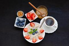 Υγιές σπιτικό Oatmeal με τα μούρα για το πρόγευμα Στοκ Φωτογραφία