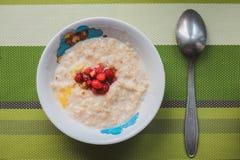 Υγιές σπιτικό Oatmeal με τα μούρα Στοκ εικόνα με δικαίωμα ελεύθερης χρήσης