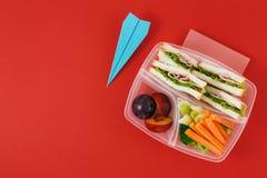 Υγιές σχολικό καλαθάκι με φαγητό με τα λαχανικά και τα φρούτα σάντουιτς επάνω Στοκ Φωτογραφίες