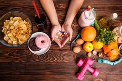 Υγιές τρόπος ζωής ή γρήγορο φαγητό και φάρμακα Στοκ εικόνες με δικαίωμα ελεύθερης χρήσης