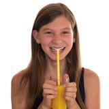 Υγιές τρώγοντας χαμογελώντας κορίτσι που πίνει το χυμό από πορτοκάλι Στοκ Φωτογραφίες