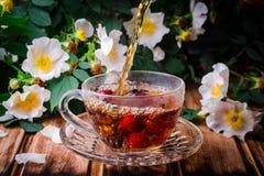 Υγιές τσάι με ένα dogrose σε έναν ξύλινο πίνακα Εκλεκτική εστίαση Στοκ Φωτογραφία