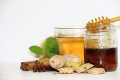 Υγιές τσάι πιπεροριζών με την κανέλα, το λεμόνι και το μέλι μεντών Στοκ εικόνες με δικαίωμα ελεύθερης χρήσης
