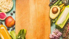 Υγιές υπόβαθρο τροφίμων με τα μπουκάλια καταφερτζήδων ποτών, φρούτα και λαχανικά, τοπ άποψη, πλαίσιο Στοκ Εικόνες