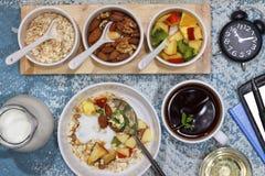 Υγιές φαγητό, πρόχειρο φαγητό στον εργασιακό χώρο, πρόχειρο φαγητό, νιφάδες, φρούτα, ν Στοκ Εικόνες