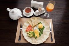 Υγιές breakfat με τον καπνισμένο σολομό, αβοκάντο, μαγειρευμένο αυγό στοκ φωτογραφίες με δικαίωμα ελεύθερης χρήσης