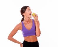 Υγιές brunette χαμόγελου με ένα μήλο Στοκ Φωτογραφίες