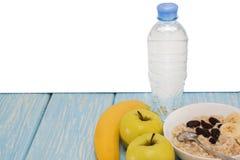 Υγιές Oatmeal προγευμάτων με τις σταφίδες σε ένα άσπρο κύπελλο η πράσινη Apple, μπανάνες Επίπεδης κορυφής όψη διάστημα αντιγράφων Στοκ φωτογραφία με δικαίωμα ελεύθερης χρήσης