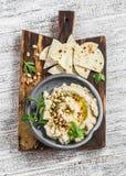 Υγιές vegan hummus κουνουπιδιών και σπιτικό tortilla σε έναν σκοτεινό αγροτικό τέμνοντα πίνακα σε ένα ελαφρύ υπόβαθρο Στοκ φωτογραφίες με δικαίωμα ελεύθερης χρήσης