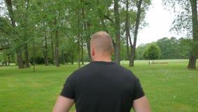 Υγιής άνδρας που τρέχει υπαίθρια στο σε αργή κίνηση βίντεο πάρκων απόθεμα βίντεο