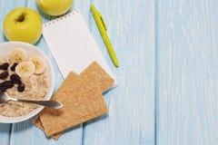 Υγιής έννοια απώλειας κατανάλωσης, ικανότητας και βάρους, Apple, σημειωματάριο, μολύβι κορυφαία όψη Στοκ Εικόνα