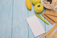 Υγιής έννοια απώλειας κατανάλωσης, ικανότητας και βάρους, Apple, σημειωματάριο, μολύβι κορυφαία όψη Στοκ Εικόνες