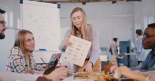 Υγιής έννοια γραφείων Θετική καυκάσια κύρια γυναίκα που μιλά στη νέα επαγγελματική ομάδα υπαλλήλων, κύρια συζήτηση απόθεμα βίντεο