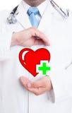 Υγιής έννοια καρδιών με το νέο γιατρό που παρουσιάζει ψηφιακή καρδιά Στοκ Εικόνες