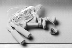 Υγιής έννοια μορφής και αθλητισμού Barbells και πηδώντας σχοινί στοκ εικόνα με δικαίωμα ελεύθερης χρήσης