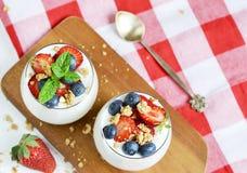 υγιής έννοια προγευμάτων Muesli με το ελληνικά γιαούρτι, τις φράουλες και τα βακκίνια στοκ φωτογραφίες