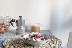 Υγιής έννοια προγευμάτων - oatmeal με τα ώριμους μούρα και τον καφέ στοκ εικόνα με δικαίωμα ελεύθερης χρήσης
