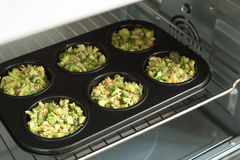 Υγιής έννοια τρόπου ζωής και μαγειρέματος - δαγκώματα τυριών μπρόκολου στοκ εικόνα με δικαίωμα ελεύθερης χρήσης