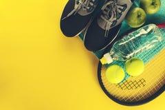 Υγιής αθλητική έννοια ζωής Πάνινα παπούτσια με τις σφαίρες αντισφαίρισης, πετσέτα Στοκ Εικόνες