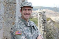 Υγιής αμερικανικός στρατιώτης που χαμογελά υπαίθρια στοκ φωτογραφία