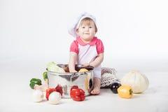 υγιής αρωγός κοριτσιών τροφίμων αρχιμαγείρων που προετοιμάζει πλησίον τη συνεδρίαση αρουραίων Στοκ φωτογραφία με δικαίωμα ελεύθερης χρήσης