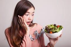 Υγιής ασιατική γυναίκα με τη σαλάτα Στοκ εικόνες με δικαίωμα ελεύθερης χρήσης