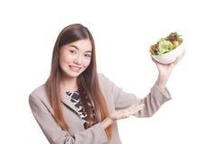Υγιής ασιατική γυναίκα με τη σαλάτα Στοκ φωτογραφίες με δικαίωμα ελεύθερης χρήσης