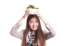 Υγιής ασιατική γυναίκα με τη σαλάτα Στοκ Εικόνες