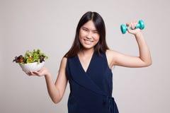 Υγιής ασιατική γυναίκα με τους αλτήρες και τη σαλάτα Στοκ Φωτογραφία