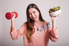 Υγιής ασιατική γυναίκα με τους αλτήρες και τη σαλάτα Στοκ φωτογραφία με δικαίωμα ελεύθερης χρήσης