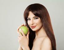 Υγιής γυναίκα με τα πράσινα φρούτα της Apple Στοκ Εικόνα