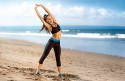 Υγιής γυναίκα που κάνει την άσκηση στην παραλία στοκ φωτογραφίες