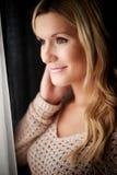 Υγιής γυναίκα που στέκεται στο παράθυρο Στοκ φωτογραφία με δικαίωμα ελεύθερης χρήσης