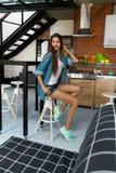 Υγιής γυναίκα στην κουζίνα με τους καταφερτζήδες Detox Διατροφή ικανότητας στοκ εικόνα