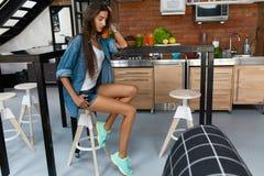 Υγιής γυναίκα στην κουζίνα με τους καταφερτζήδες Detox Διατροφή ικανότητας στοκ φωτογραφία