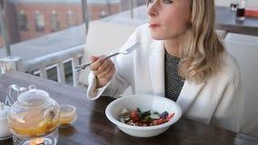 Υγιής γυναίκα τρόπου ζωής που τρώει το χαμόγελο σαλάτας ευτυχές υπαίθρια την όμορφη ημέρα απόθεμα βίντεο