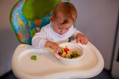 Υγιής διατροφή για τα παιδιά Λατρευτό μωρό που τρώει τα λαχανικά στοκ φωτογραφία με δικαίωμα ελεύθερης χρήσης