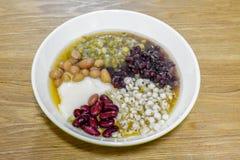 Υγιής διατροφή των φασολιών μελιού σε ένα κύπελλο στοκ εικόνες