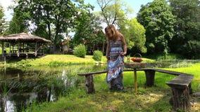 υγιής εγκυμοσύνη Ευτυχής έγκυος γυναικεία χαλάρωση στο πάρκο απόθεμα βίντεο